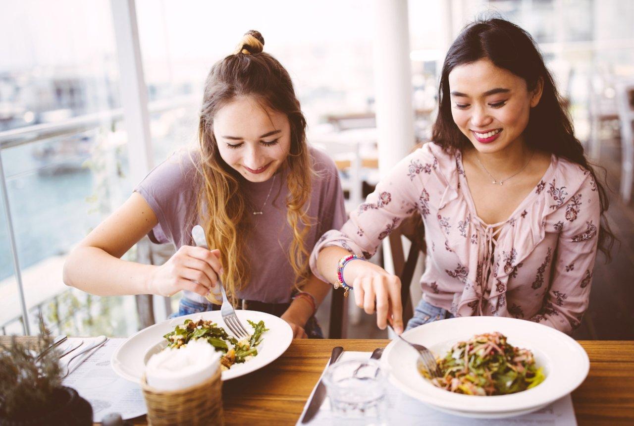 Девушки обедают