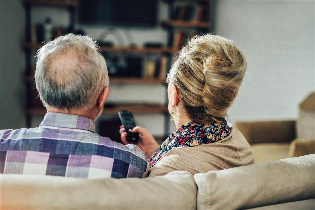 Пожилая пара у ТВ