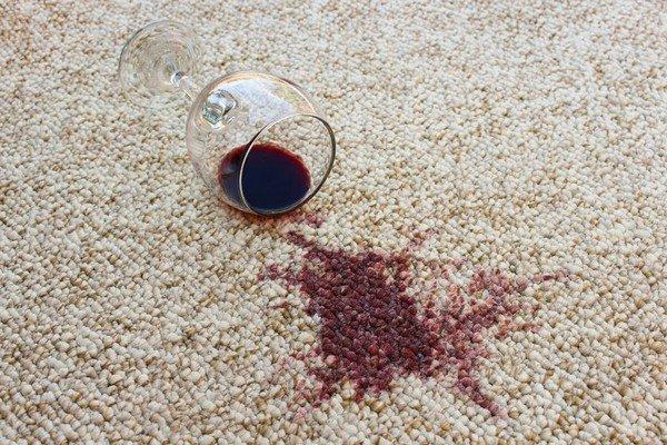 С пятнами от вина, шоколада, фруктов можно избавиться с помощью уксуса и хозяйственного мыла