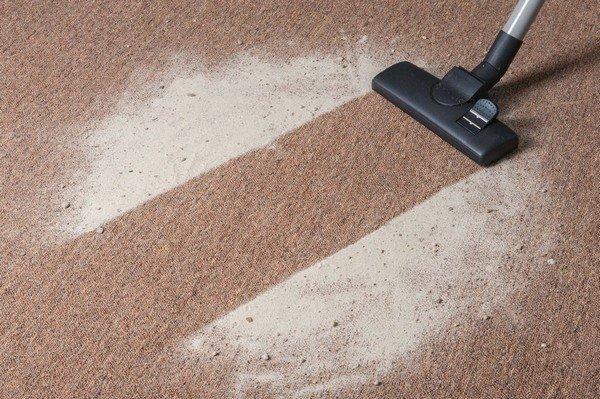 Светлые ковры можно очищать крахмалом, мукой, содой