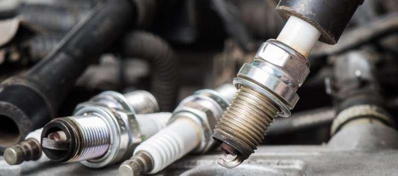 Почему многие автовладельцы меняют свечи зажигания одновременно с маслом?