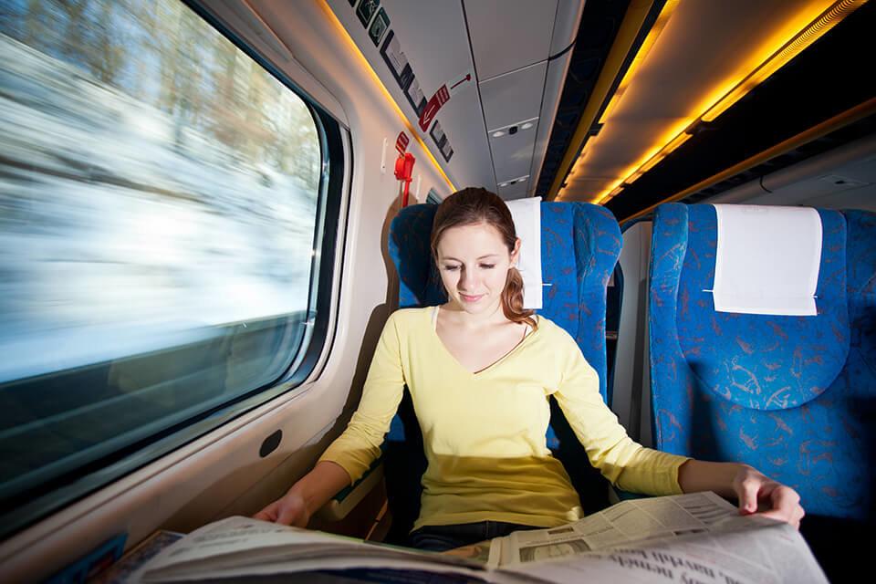 Девушка читает в поезде