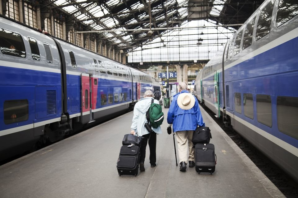 Пенсионеры у поезда
