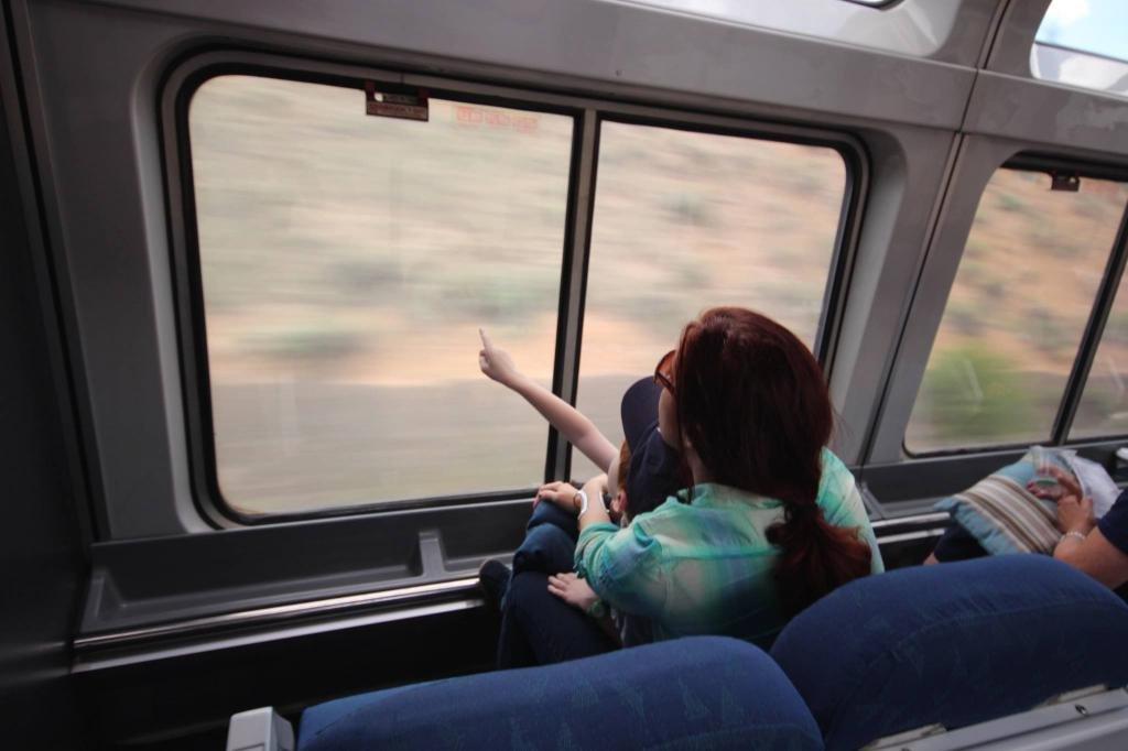 Девушка путешествует с ребенком