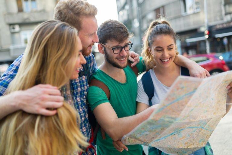 Туристы изучают карту