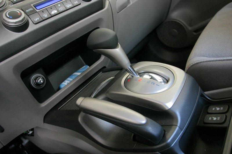 Отказ тормозов: как правильно остановить машину ручным тормозом?