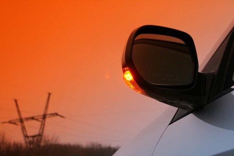 Пять основных сигналов фарами и поворотниками у водителей на дороге