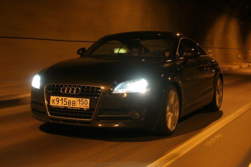 Стоит ли уступать дорогу, если машина сзади моргает дальним светом?