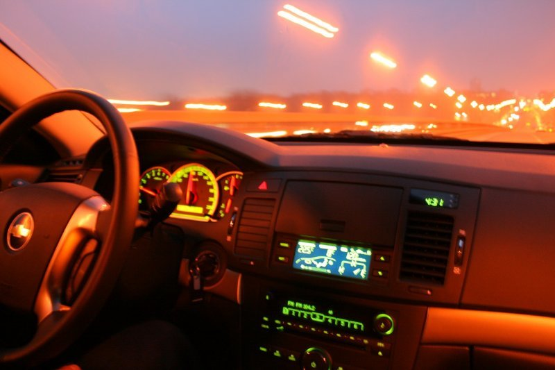 Если машина моргает вам сзади фарами, нужно ли ей уступать дорогу?