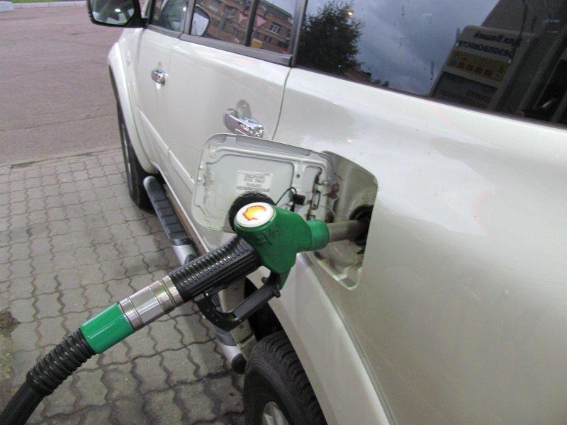 Как экономичнее заправлять машину, полный бак или по 10 литров?