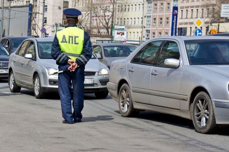 Что правильно сделать если инспектор ДПС остановил машину и долго не подходит к ней для проверки?