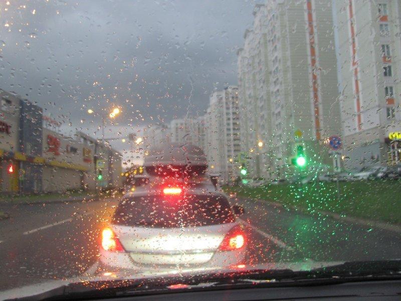 Управление автомобилем в дождь: советы специалистов по экстремальному вождению