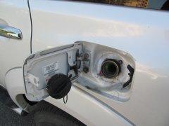 Почему у одних автомобилей заливная горловина бензобака слева, а у других справа?
