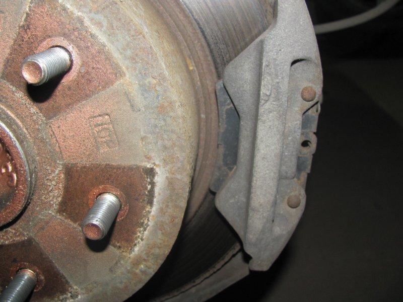 Как понять, что износились колодки ручника на дисковых задних тормозах